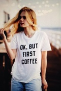 DM Basic Vit t-shirt med tryck - Ok But First Coffee
