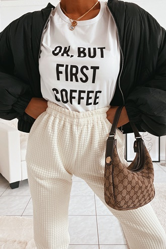 Vit t-shirt med tryck - Ok But First Coffee